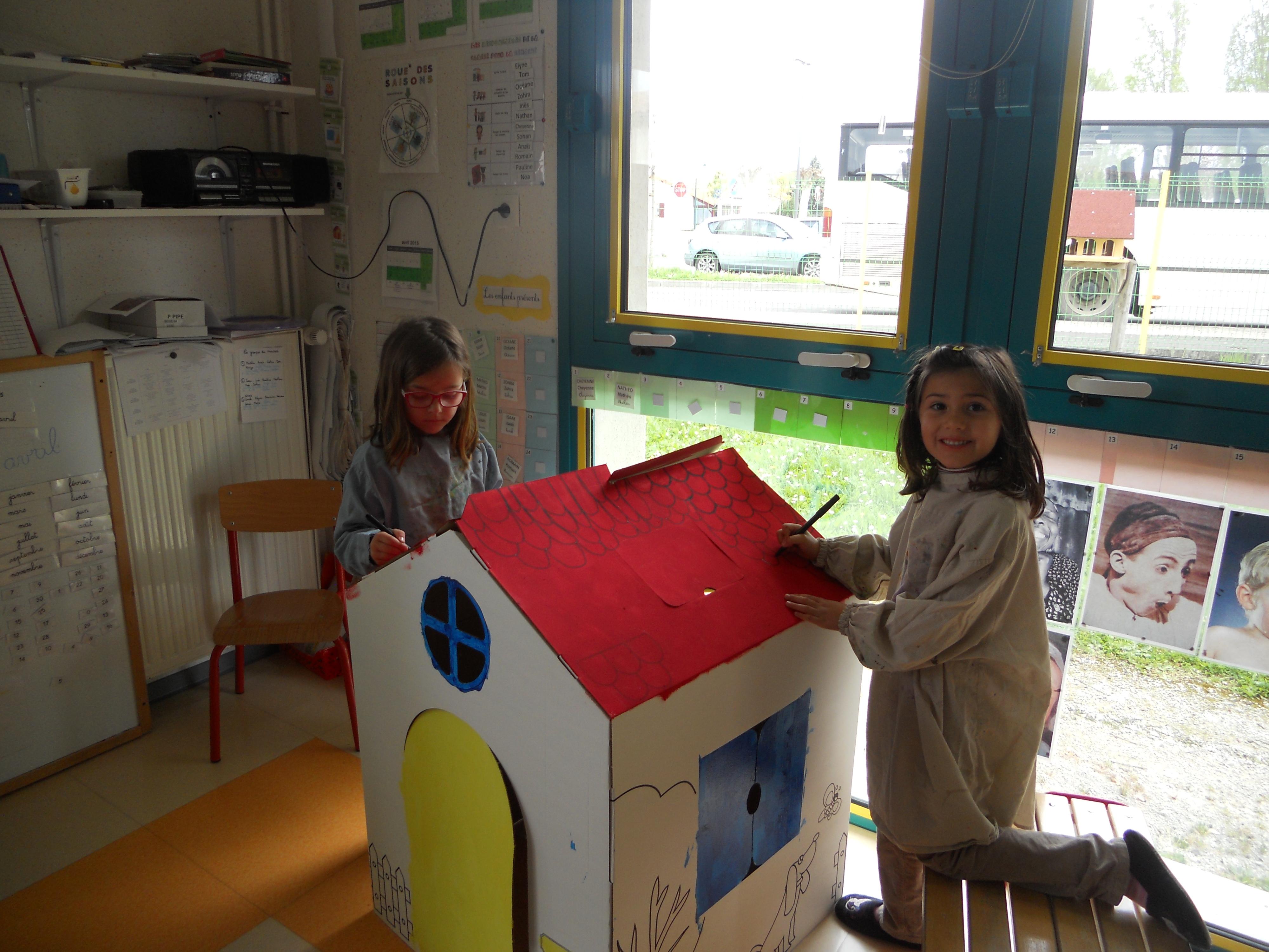 Pauline et Elyne font le toit.