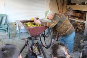 Francis broie les pommes